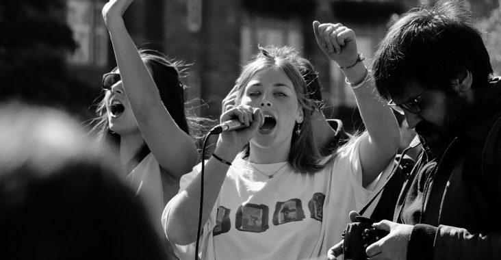 Pige protesterer
